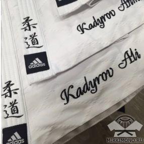 Вышивка на кимоно надписей и логотипов
